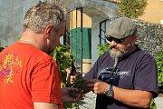 Krumlovské vinobraní 2018. Na vinici na Tramíně se společnými silami sklízela odrůda Solaris.