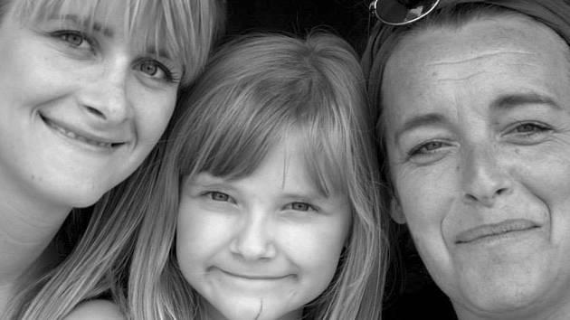Výtvarnice Hana Čertková (vpravo) s dcerami Ludmilou (vlevo) a Emou.
