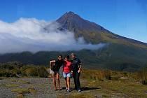 5. Holky z Chile vzaly Alenu na výšlap. Foto je z Národního parku Egmont.