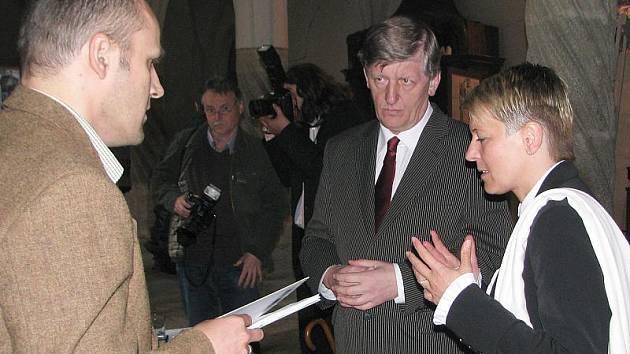 Při červnovém podpisu smlouvy v prostorách kláštera vpravo bývalý ministr kultury Václav Riedlbauch a místostarostka Jitka Zikmundová.