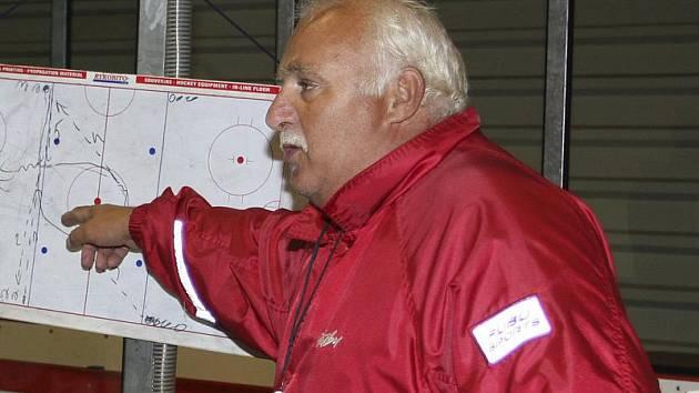 Trenéra krumlovských medvědů Jiřího Kučeru v zápase s Radomyšlí mrzel velký počet vyloučených. Ve dvojnásobné výhodě pak hosté vstřelili vítěznou branku.