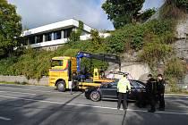 Porouchaná audi s automatickou převodovkou, kterou nešlo z křižovatky odtlačit, blokovala ve čtvrtek ráno provoz v Českém Krumlově.