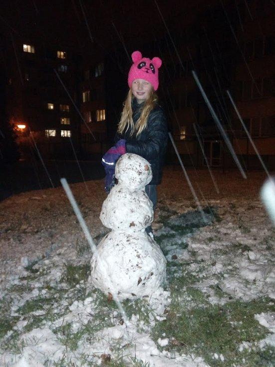 Anička z Českého Krumlova sama postavila pořádného sněhuláka.