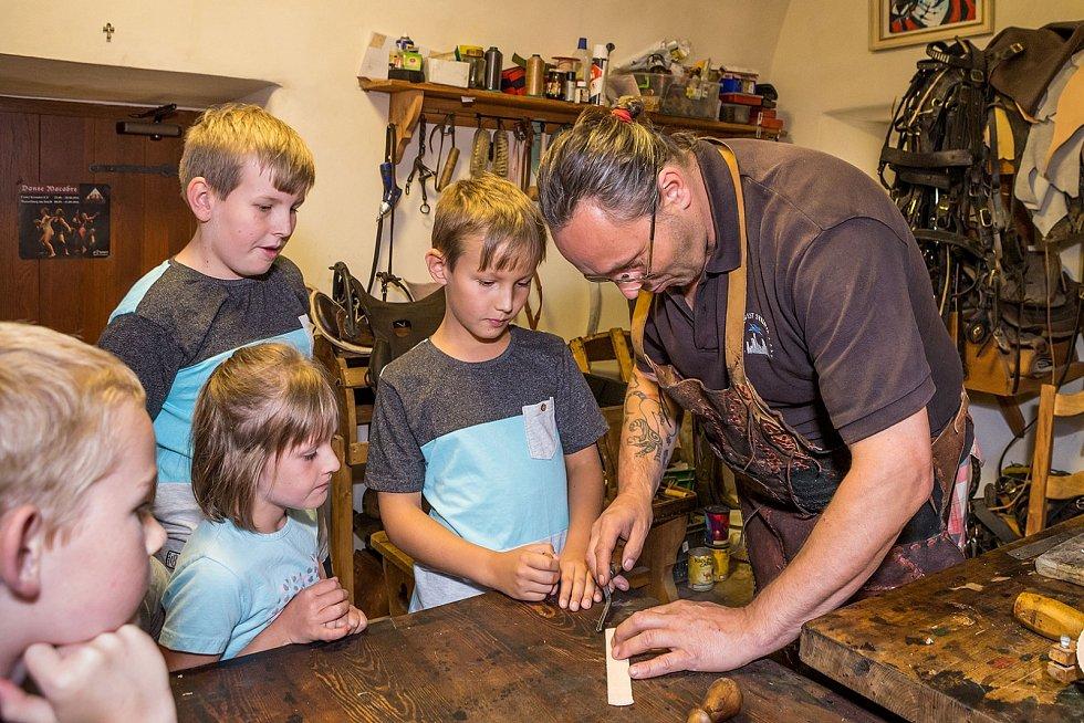 V Řemeslné uličce pracuje kovář, brašnáři, sklářka, barvířka a hrnčíř. Děti se mohou naučit, jak se barví látky nebo jak se pracuje na hrnčířském kruhu.