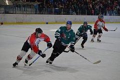 Repríza finále minulého ročníku krajské ligy bude v neděli od 17 hodin k vidění na ledě krumlovského Slavoje, kde průběžně stříbrní medvědi přivítají třetí Strakonice.