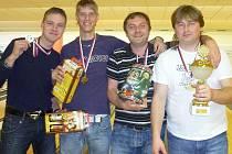 Vítězové první jihočeské amatérské bowlingové ligy a účastníci finále družstev v Pardubicích – zleva Erik Rábek, Milan Turek, člen realizačního týmu František Kolman a Milan Maršík.