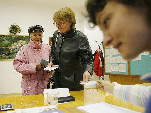 Ve Zlaté Koruně přišla volit Jaroslava Bednářová (v černém) se svojí tetou Otýlií Dudovou.