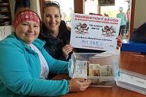Chlu-Chlu vynesl úžasnou částku, pomůže Báře po transplantaci. Na snímku maminka Báry Jitka Šebelková (vpředu).