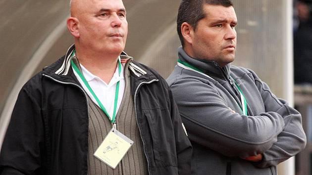 Trenérské dvojici Lubomír Pintér a Zdeněk Šváb mladší (zleva) přibývaly v závěru podzimu vrásky na čele. V této chvíli oba pozorovali nepovedené domácí utkání s Jankovem.