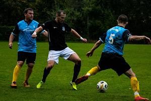 Fotbalisté Zlaté Koruny (v modrém) v derby bohatém na góly porazili Dolní Dvořiště 5:4.