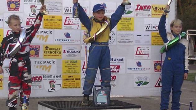 Triumfem na posledním závodě šampionátu v Sedlčanech si Miroslav Fučík (na nejvyšším stupni) zajistil titul vicemistra České republiky v nejsilnější kubatuře RB 250.