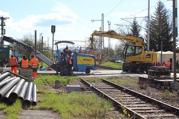Takto vypadala dnes dopoledne situace na uzavřeném železničním přejezdu vKaplici Nádraží.