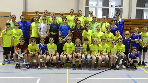 Ani v období školních prázdnin badmintonisté krumlovského SKB nezahálejí, když pořádají na domácích kurtech oblíbené a velmi hojně obsazované letní tréninkové kempy s mezinárodní účastí (na snímku loňský srpnový kemp).