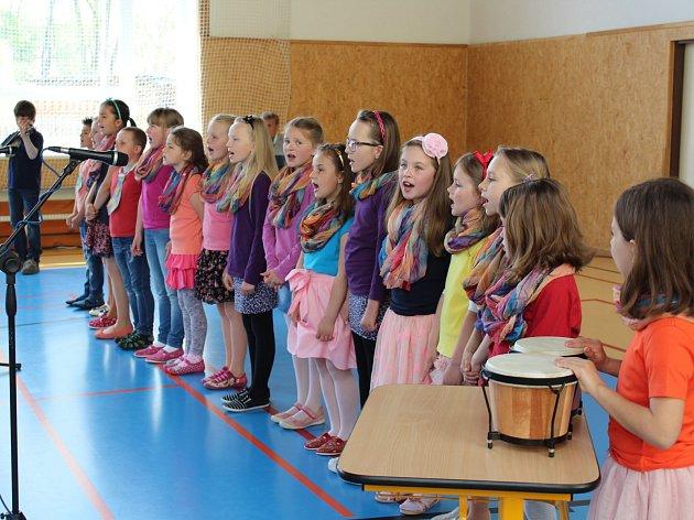 """Kájovští školáci měli připravené tance a písně - mnohdy i s vlastními texty """"ušitými"""" na svátek matek."""