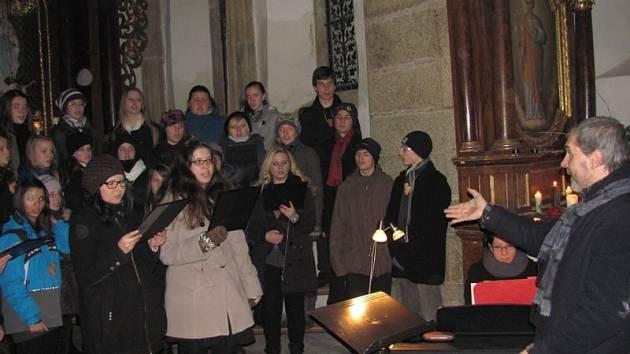 Pěvecký sbor Medvíďata vedený sbormistrem Lukášem Holcem zazpíval před zcela zaplněnou kaplí v sobotu večer nejen adventní písně.