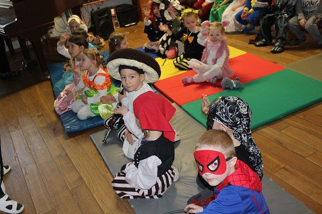 Při karnevalu v Mateřské školce U Tří žab nechyběla ani pohádka v podání paní učitelek.