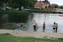 Koupání v rybníku na Horní Bráně nyní znepříjemňuje parazit ve vodě.