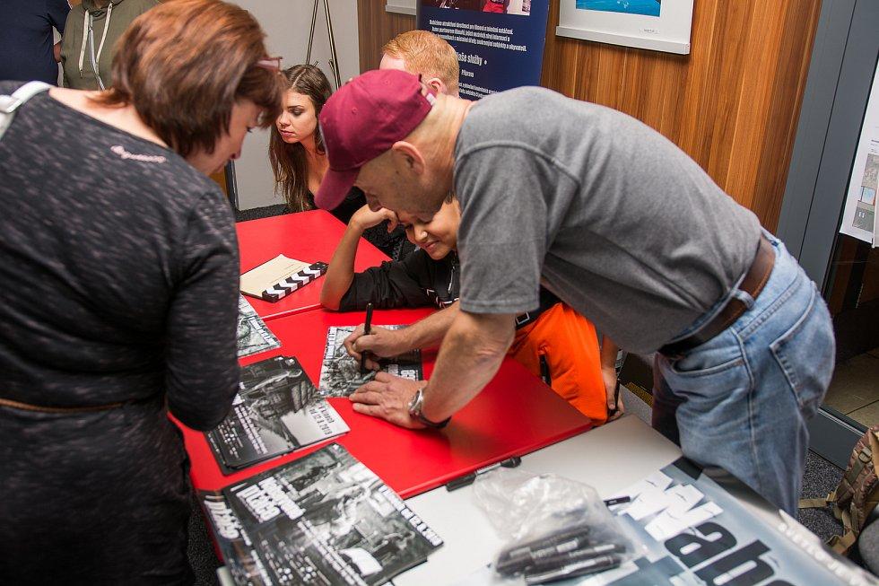 Václav Marhoul spolu s herci ochotně rozdávali autogramy.
