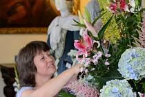 Jedno z květinových aranžmá v interiérech rožmberského hradu dokončovala před zahájením výstavy Eva Bočáková.