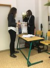 Po prvním kole studentských voleb na českokrumlovském gymnáziu hlasy počítaly Kristýna Litvanová (vlevo) a Kateřina Baťková.