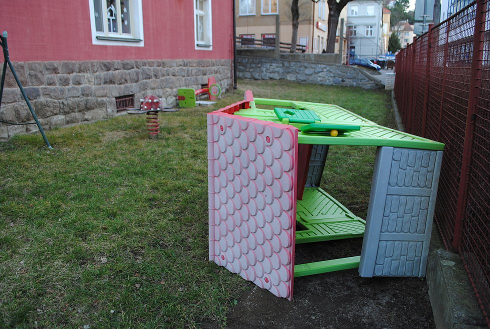 Ve školce na T. G. Masaryka si vítr pohrál s dětským domečkem.