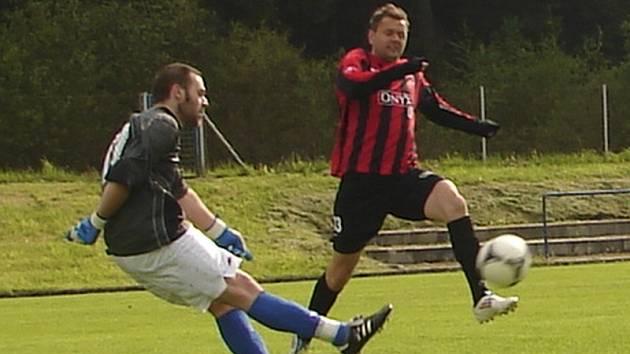 Do frymburské sestavy se v derby na hřišti FC Vltava vrátil rekonvalescent Lukáš Matuš (na snímku atakuje rozehrávku domácího brankáře Martina Hüttnera) a v 50. minutě po spolupráci s Micákem otevřel skóre.