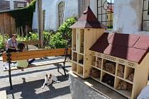 Víkend otevřených zahrad se bude konat i v Klášterech Český Krumlov . Na snímku je hmyzí hotel v krumlovských klášterech. Ilustrační foto.