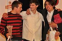 V kategorii nejlepších juniorských sjezdařů bral českokrumlovský Antonín Haleš (vpravo) cenný bronz za vítězným Ladislavem Slaninou a stříbrným Richardem Hálou.