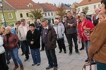 Protestní shromáždění na kaplickém náměstí.