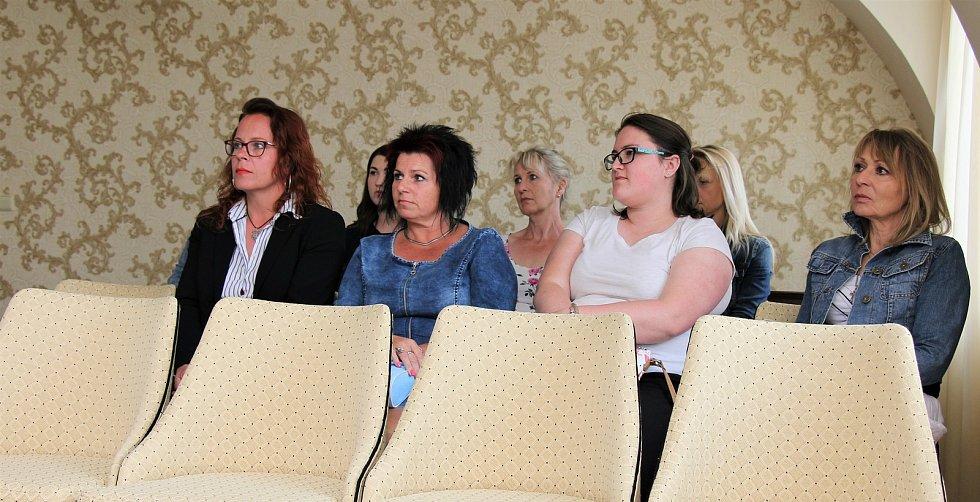 Zástupce města, místostarosta Libor Lukš, ocenil ženy, které obětavě pomáhaly a pracovaly v době koronavirové pandemie.