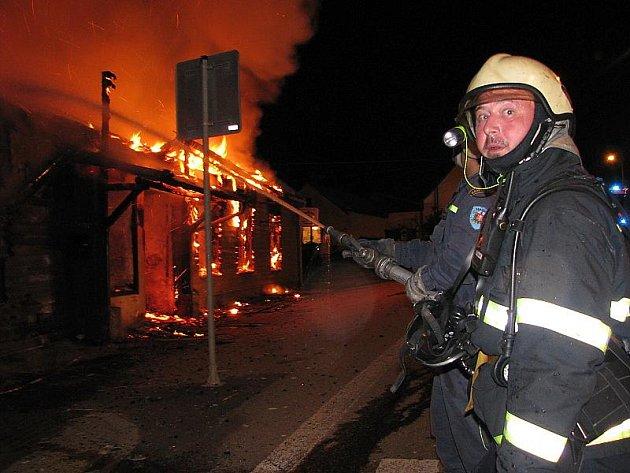 Na pomoc museli přijet i profesionální hasiči z Českého Krumlova, ale také dobrovolní hasiči z Netřebic a Zubčic.