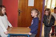 Děti z 2.B ZŠ TGM v Českém Krumlově vyklidily svou třídu, aby uvolnily prostor pro vytvoření volební místnosti.