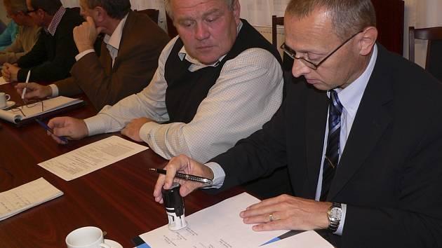Starostové Kaplicka podepsali memorandum na protest proti zavření Katastrálního úřadu v Kaplici.