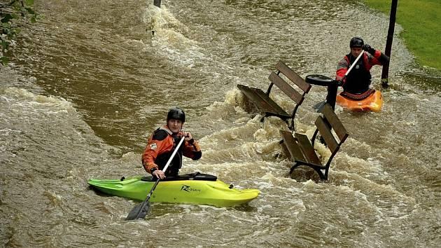 Velká voda v kaplickém parku přilákala vyznavače adrenalinových vodních sportů.