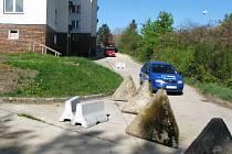 Vztahy mezi majitelem pozemku a obyvateli došly až k betonovým zátarasům.