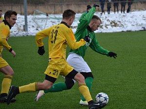 Tomáš Tauber (vpravo u míče uniká domácímu Zachařovi) už v prvním utkání za Slavoj ukázal, že by se mohl stát výraznou posilou krumlovského útoku.
