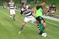 Kapličtí fotbalisté (v černobílých dresech)  odehráli proti favorizovanému Rudolfovu dobrou partii a padli s ním až v závěru.