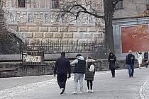 Trojice kapsářů (vpředu), jak ji na I. nádvoří českokrumlovského zámku vyfotografoval jeden z průvodců.