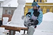 Kašnu ze sněhu vytvářel kamenosochař Milan Stefan Troják z Kaplice od víkendu do pondělí.