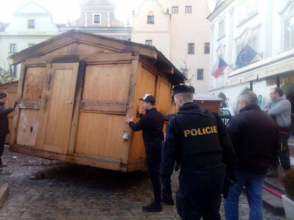Na českokrumlovském náměstí Svornosti, kde se konají víkendové trhy, hořel v noci na sobotu jeden z prodejních stánků.