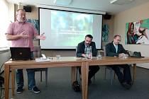 Debata v rámci kampaně Lesů ČR v zasedací místnosti Městského úřadu v Českém Krumlově.