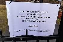 Zákaz vstupu kvůli nebezpečí úrazu platí i pro českokrumlovský městský park.