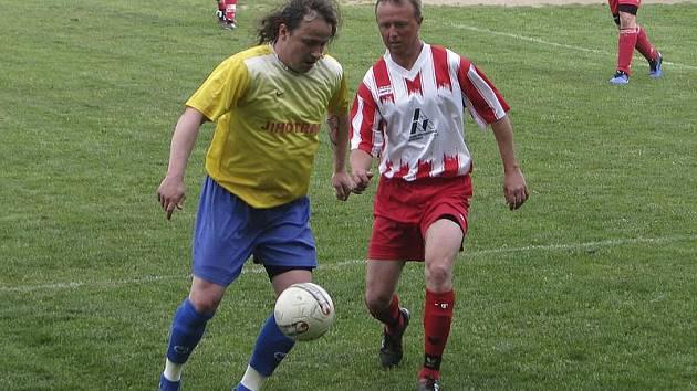 Obrat dokonal svojí už třináctou brankou v sezoně křemežský kanonýr Luděk Edelman (vlevo u míče, na snímku před lhenickým Růžičkou).