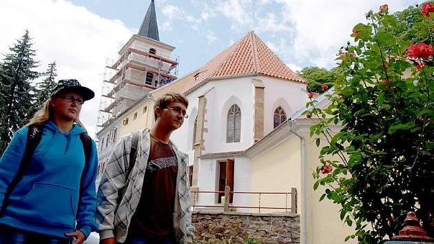 Nový háv někdejšího kostela sv. Filipa a Jakuba ve Velešíně napovídá, že se rekonstrukce památky blíží ke konci. To oceňují i místní Vendula a Adam Charvátovi (na snímku).