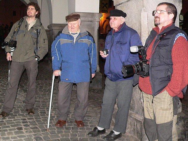 Někteří členové Fotoklubu Český Krumlov při otevření nové minigalerie v podloubí.