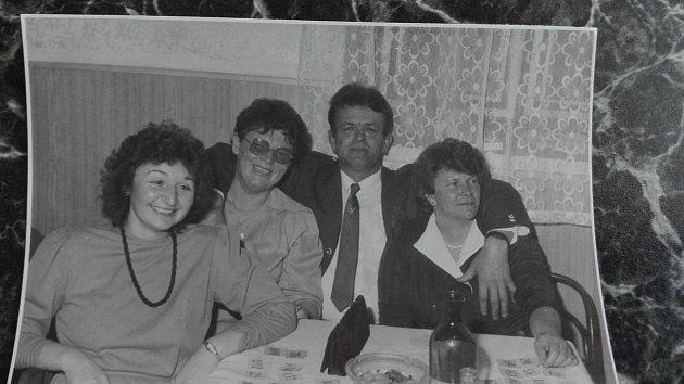 """3. Na plese vBlansku. """"To mi bylo krásných 21let,"""" říká súsměvem Jiřina Kostková (vlevo)."""