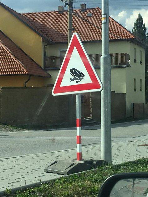 Ve větřínském kopci řidiči potkají vobou směrech dopravní značky Pozor, žáby!