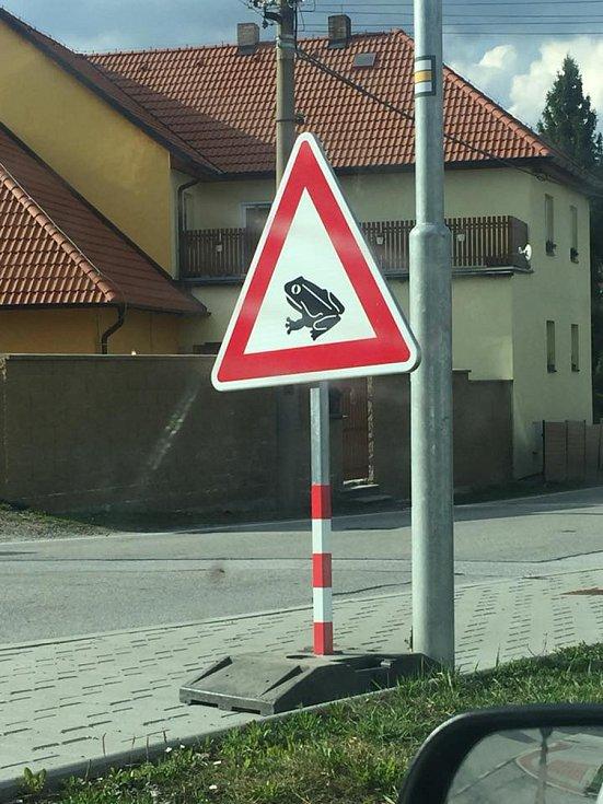 Ve větřínském kopci řidiči potkají v obou směrech dopravní značky Pozor, žáby!