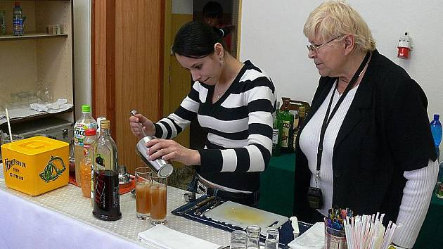 Práce barmana vyžaduje pevnou ruku a smysl pro detail, o čemž se tento týden přesvědčují žáci oboru kuchař – číšník českokrumlovského učiliště.