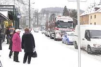 Český Krumlov byl ve středu 1. prosince odpoledne ucpán auty, které překvapil prudký nával sněhu.